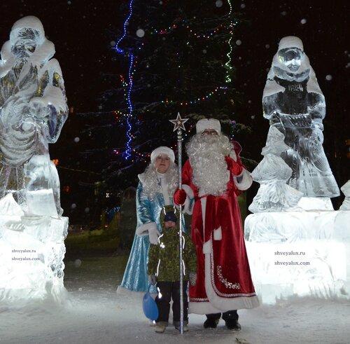 Дед Мороз и Снегурочка фото на память