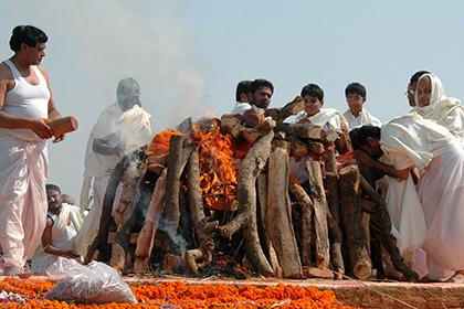 Житель Индии, оказавшись на погребальном костре, пришел в себя