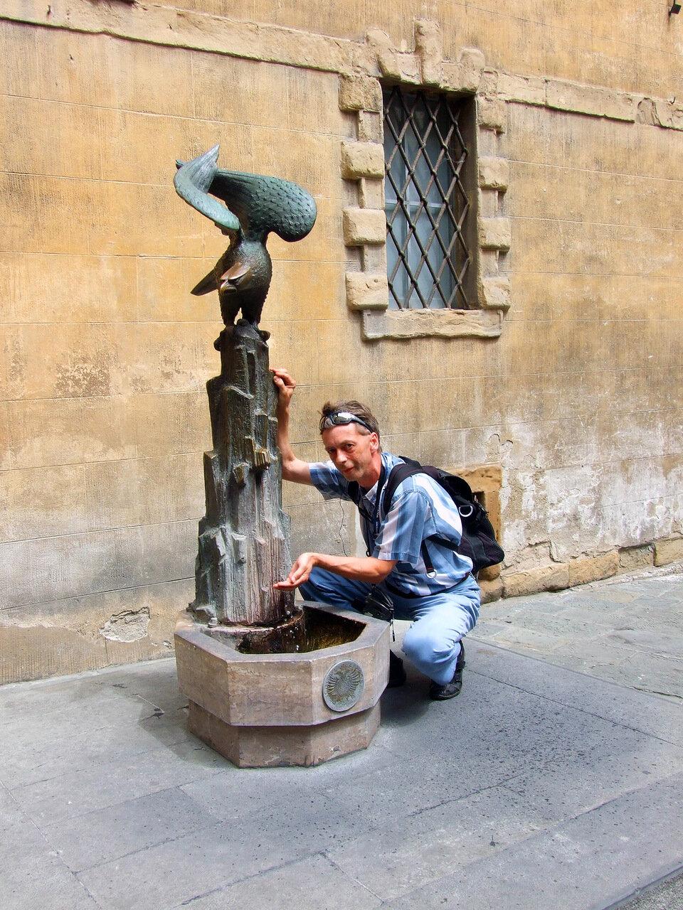 У питьевого фонтана в контраде Орёл (Aquila)