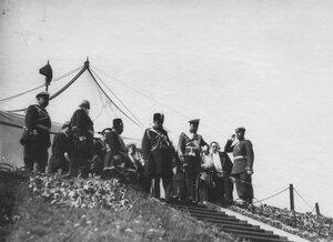 Император Николай II и персидский шах Мозафар-эд-дин на параде войск.