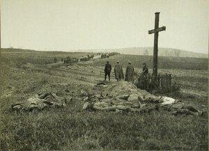 Трупы русских солдат, убитых во время артобстрела, перед захоронением.