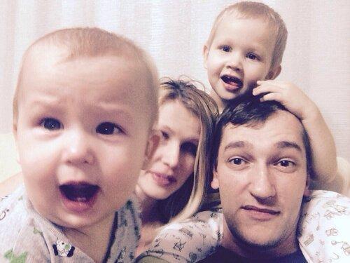 Олег Навальный с семьёй.jpg
