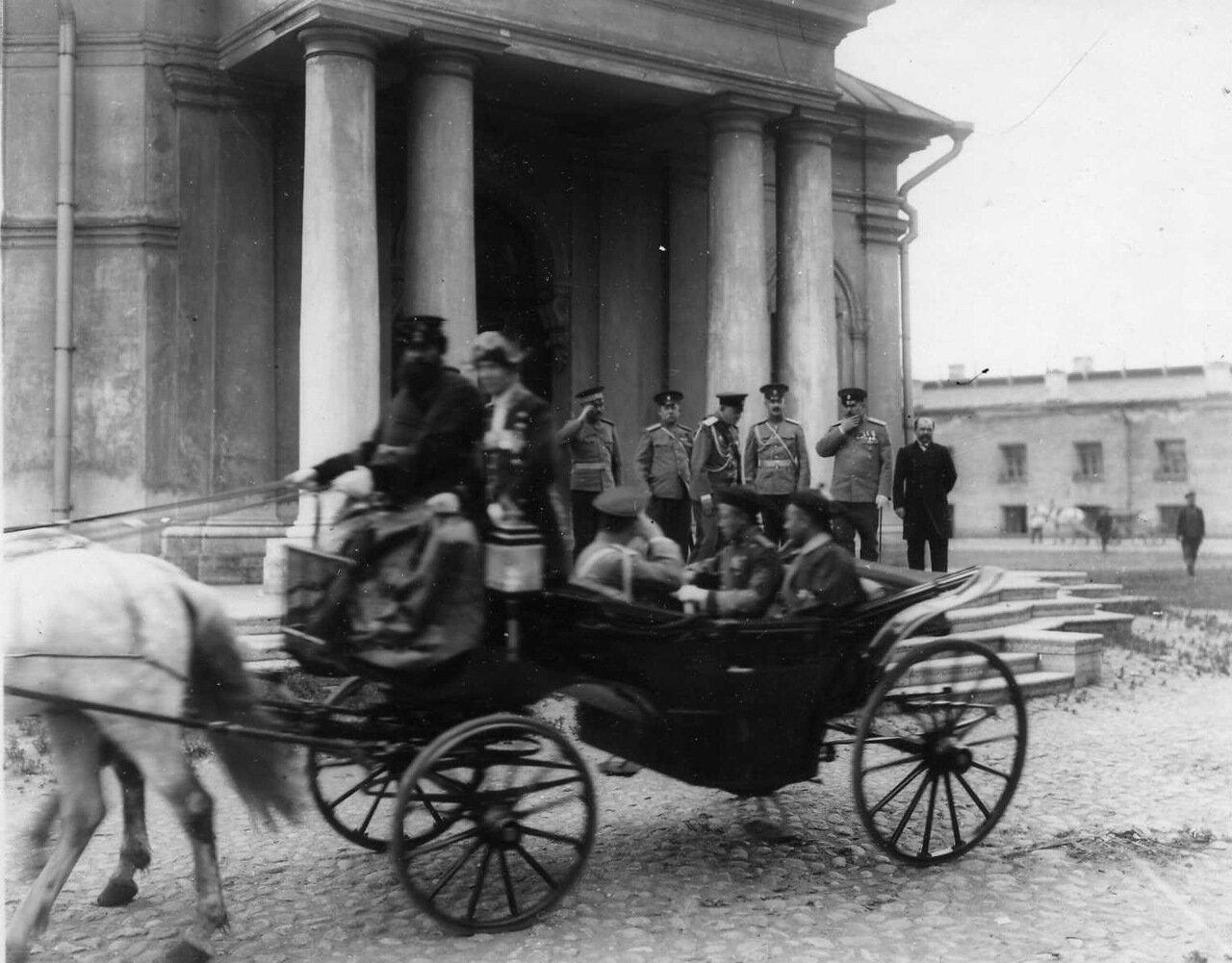 14. Открытая карета с принцем Цзай-Тао отъезжает от Ботного домика в Петропавловской крепости