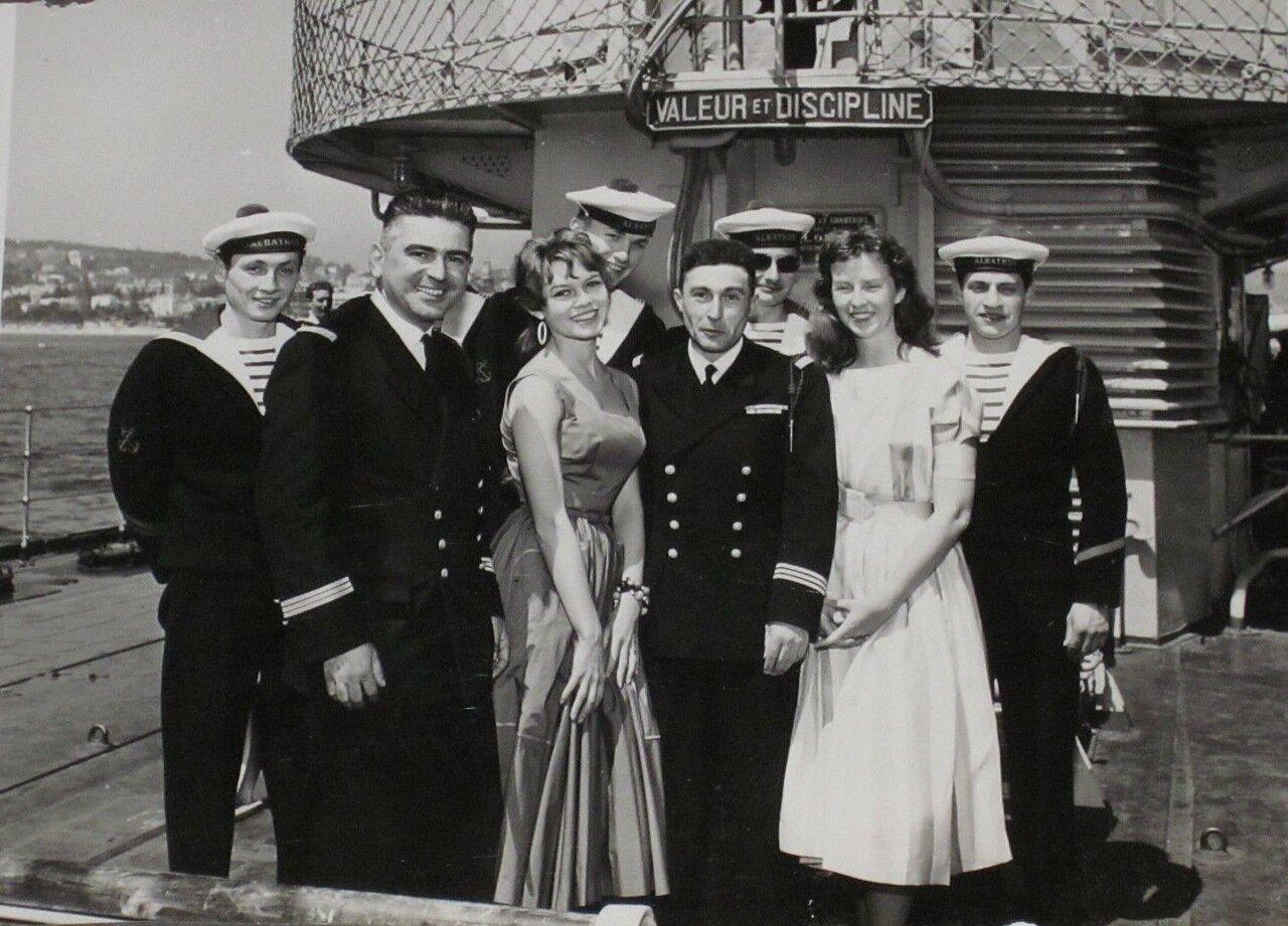 1955. Брижит Бардо с морскими офицерами на крейсере Альбатрос