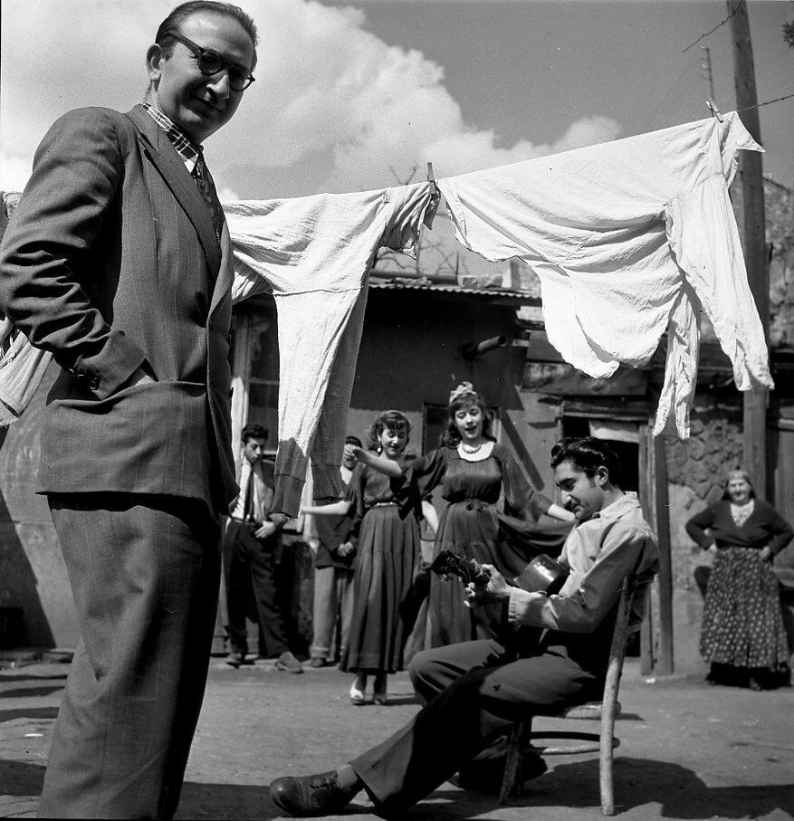 1950. Матео Максимов среди цыган Монтрёй