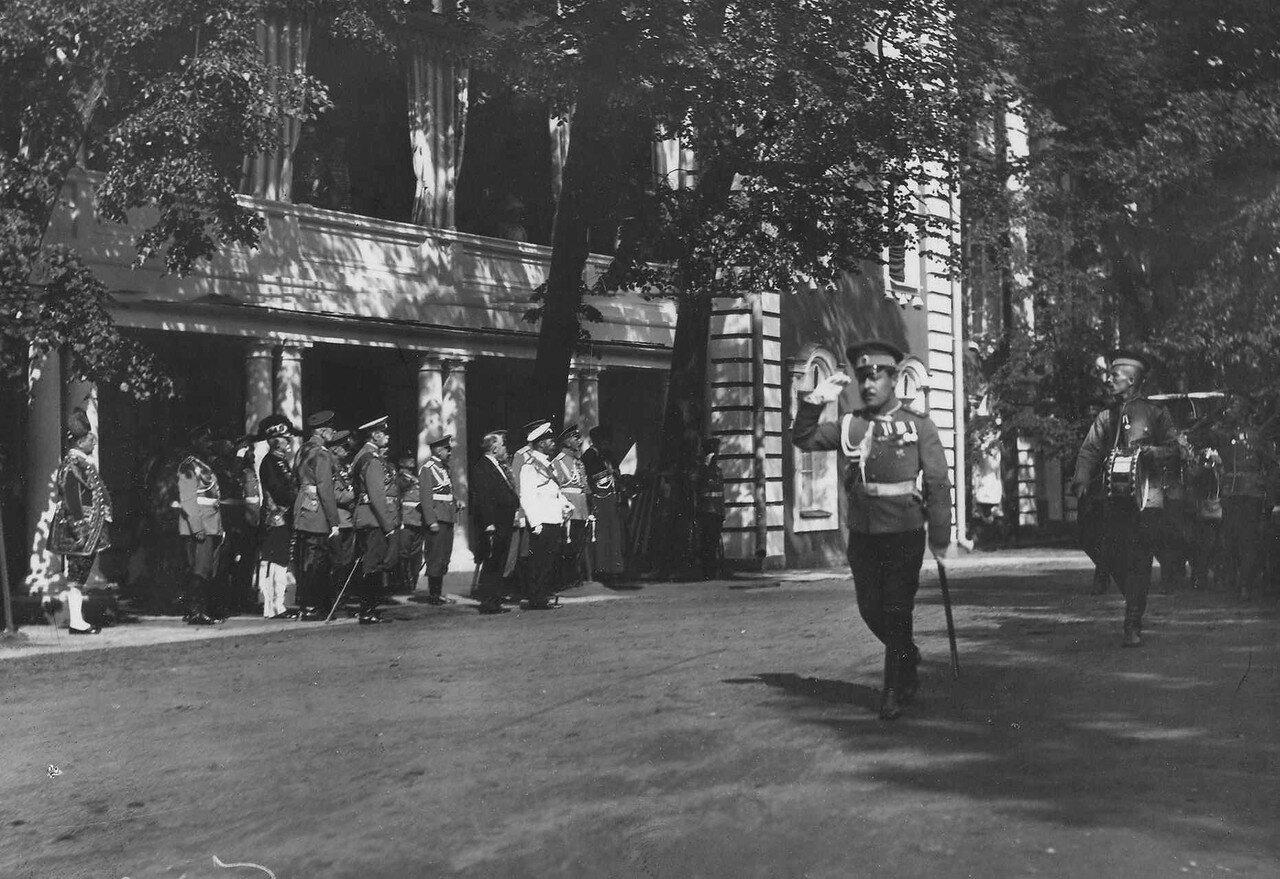 57. Президент Французской республики Р.Пуанкаре, император Николай II и сопровождающие их лица принимают парад почетного караула 94-го пехотного полка у Большого Петергофского дворца