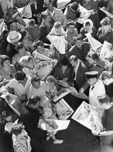 Читатели. Автор Рахманов Николай, 1960-е.jpg