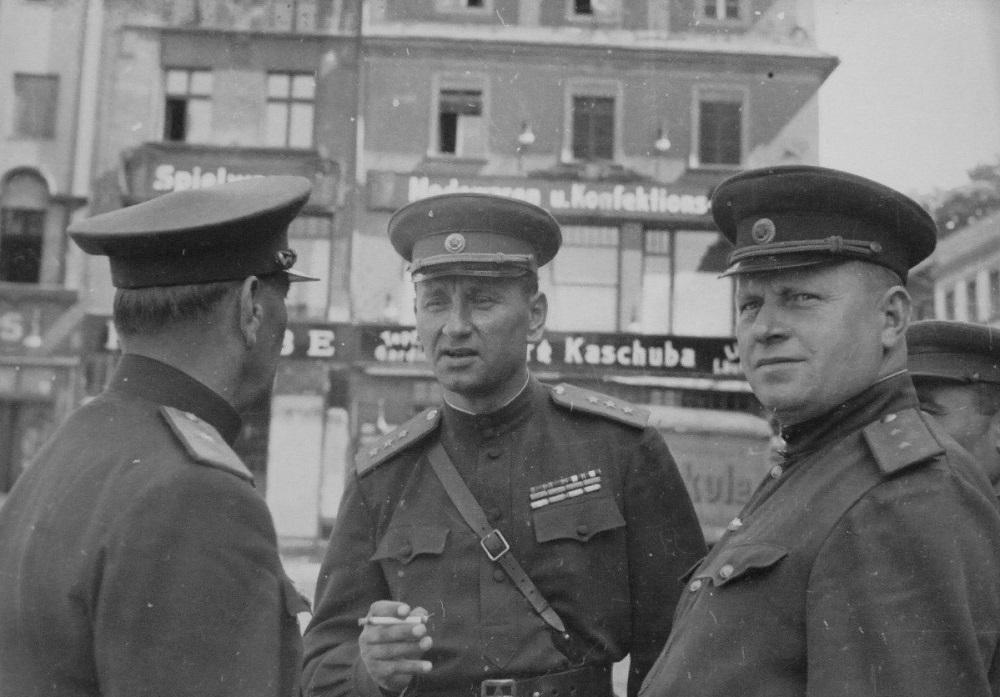 Генерал-полковник А.А. Гречко с офицерами на улице немецкого городка Франкенштайн.