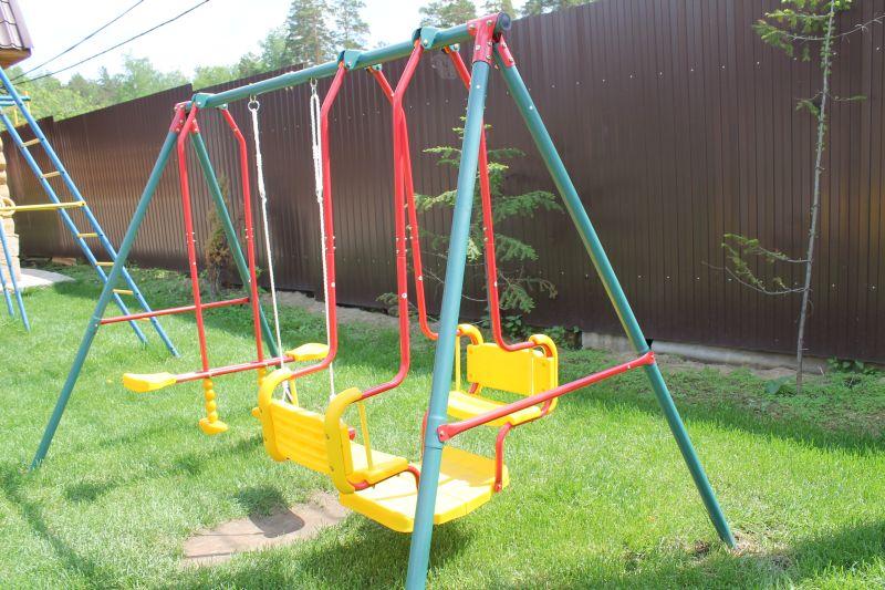 На детской площадке множество развлечений для детей. Не один ребенок не пройдет мимо такой яркой и удобной качели. (09.06.2015)