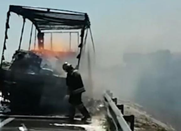 Натрассе М-4 вРостовской области создалась пробка из-за сгоревшей фуры