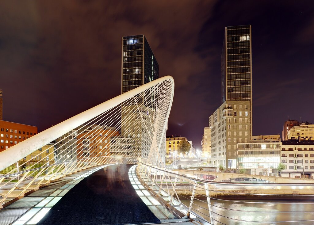 Бильбао. Пешеходный мост Кампо-Волоантин (Puente del Campo Volantin), или Субисури (баск. zubizuri, Белый мост)