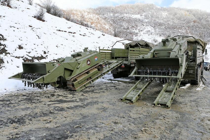 Комплекс разминирования «Уран-6» представляет собой легкую бронемашину с дистанционным управлением и
