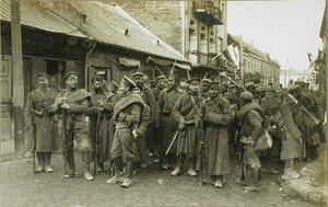 Русские солдаты передовой армейской части (авангард) на одной из улиц города.