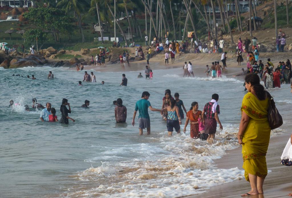 Фотография 10. Пляж Ковалам. Так купается индийский народ