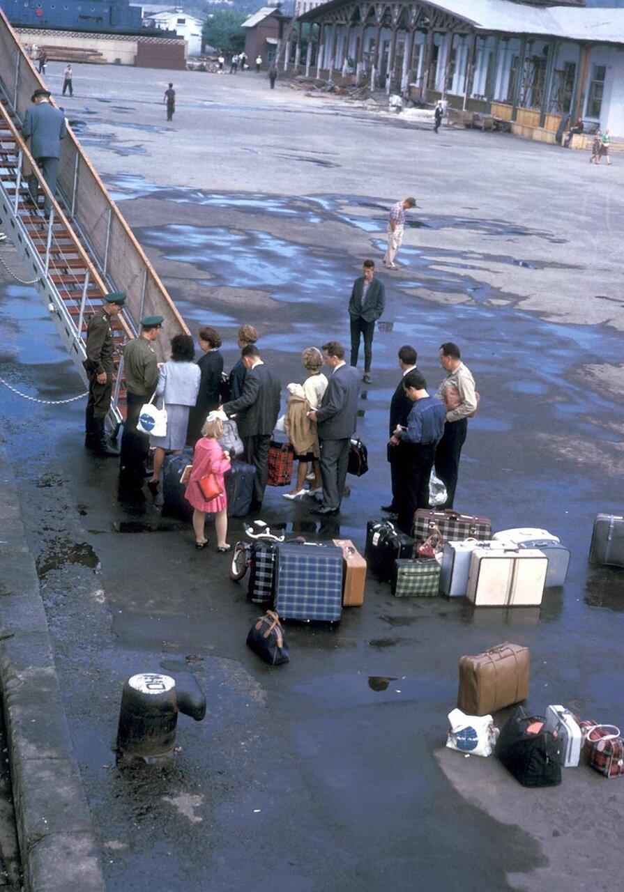 Находка. Посадка пассажиров на корабль