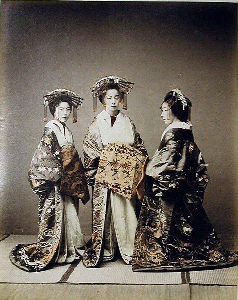 Три красиво одетые женщины