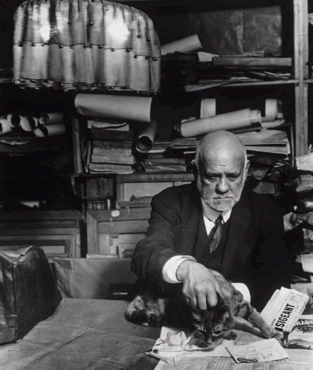 1934. Амбруаз Воллар в своем кабинете с кошкой