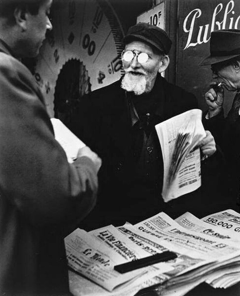 1947. Продавец газет. Площадь Денфер-Рошро, Париж
