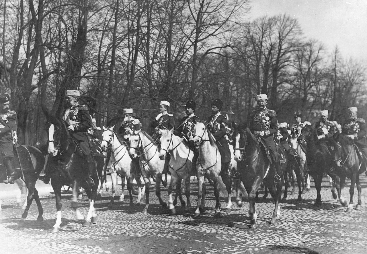 01. Император Николай II в сопровождении свиты направляется к Марсову полю принимать парад частей Петербургского гарнизона