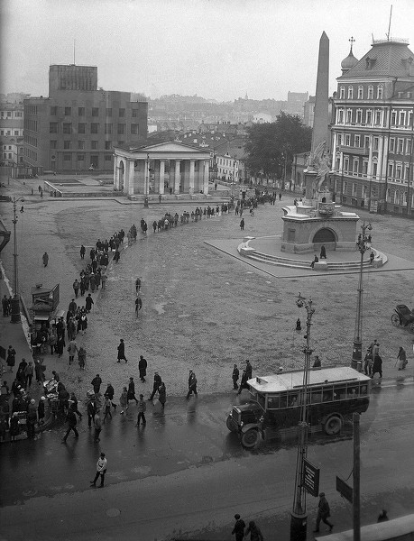 Tverskaya Square (with the now-demolished monument to Soviet constitution), Moscow; photo by Arkady Shaikhet, 1928-29.jpg