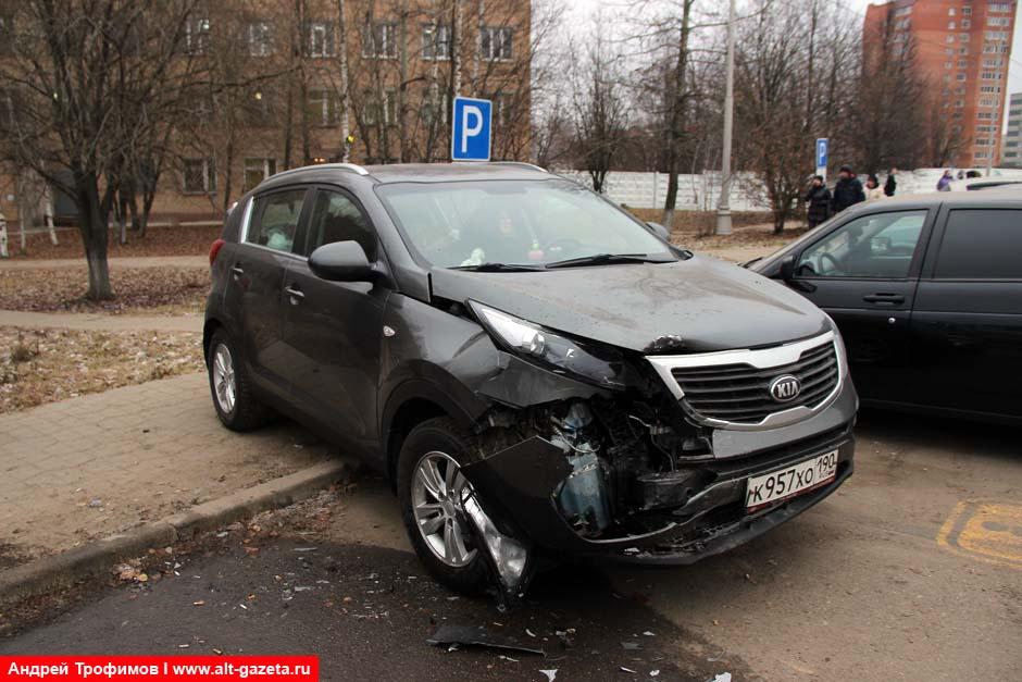 Лексус протаранил четыре машины на стоянке у РБ