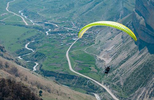 Отдых в горах - полеты на парапланах