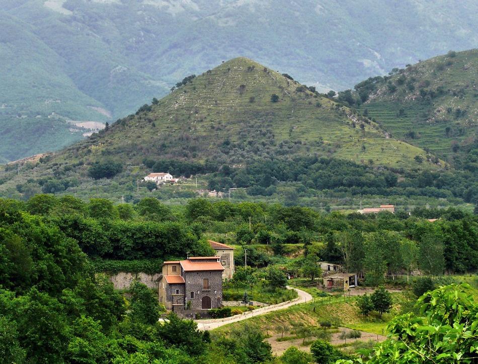 Говоря оСант-Агата-де-Готи, нельзя неупомянуть гигантский холм. Из-за его специфического внешнего