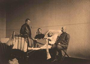 Группа врачей у постели раненого (слева направо)доктор Туревич,доктор Молоканов и профессор И.Х.Дзирне.