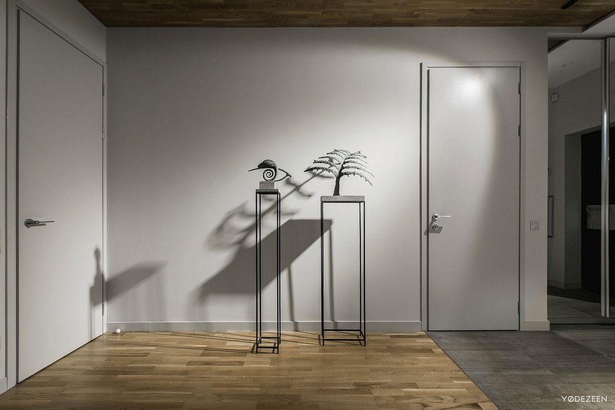 деревянный паркет в квартире фото, серые стены в квартире фото, YoDezeen, интерьер в стиле минимализма, оформление кухни фото, точечное освещение фото