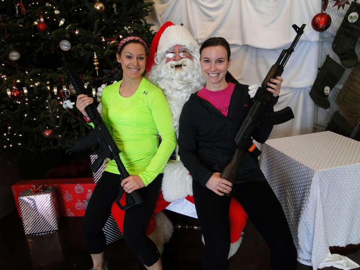 С автоматами в компании Санта-Клауса: Добропорядочные американцы готовятся к встрече Рождества (5)