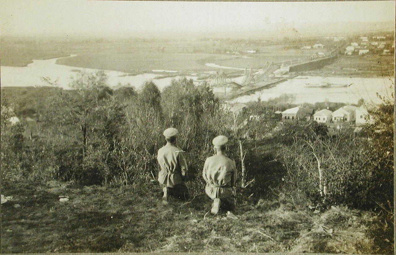 61. Русские солдаты любуются панорамой города. Галич