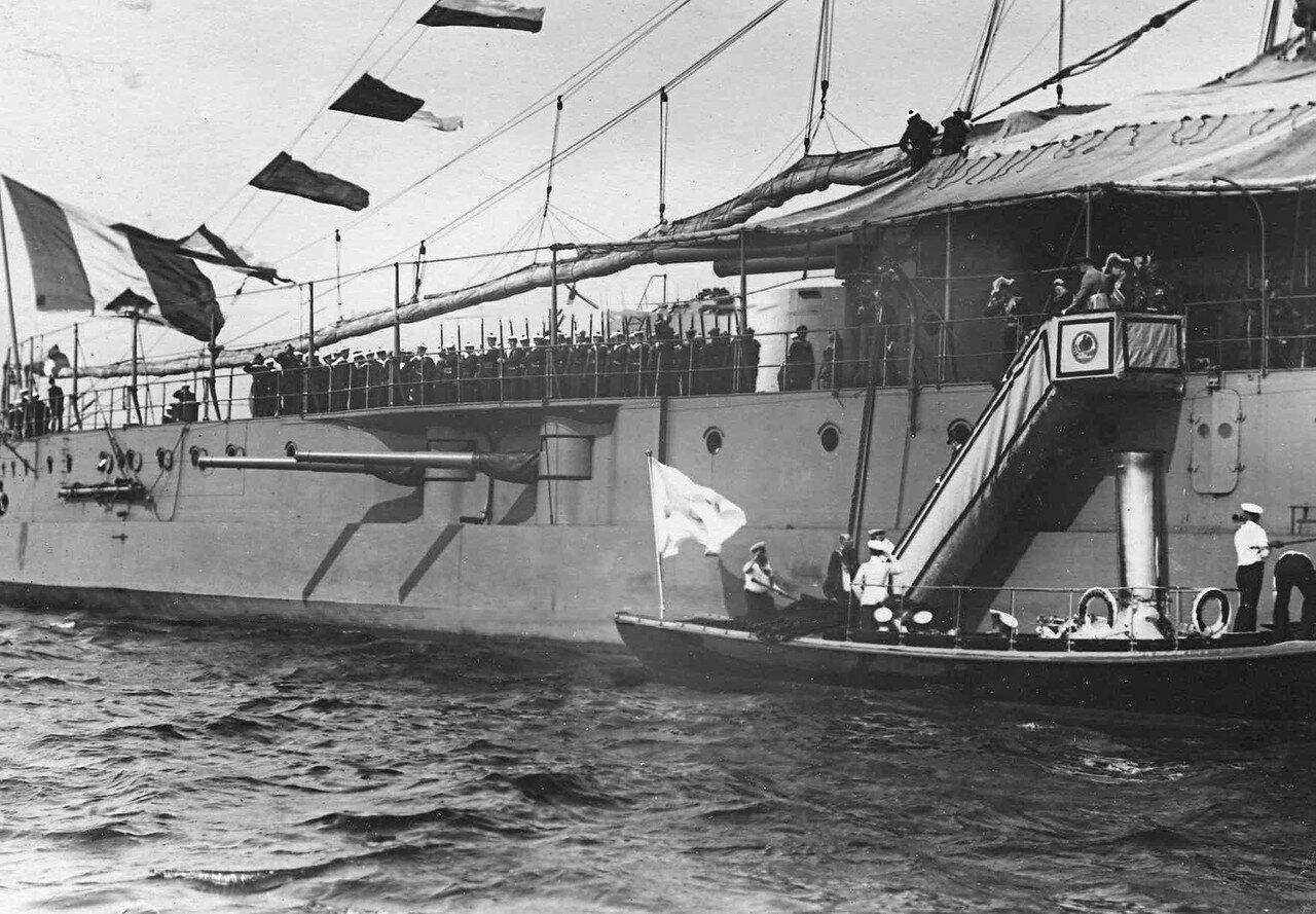 13. Раймон Пуанкаре, министр-президент Рене Вивиани, адмирал Ле-Бри спускаются по трапу на военный катер «Петергоф». 7 июля 1914