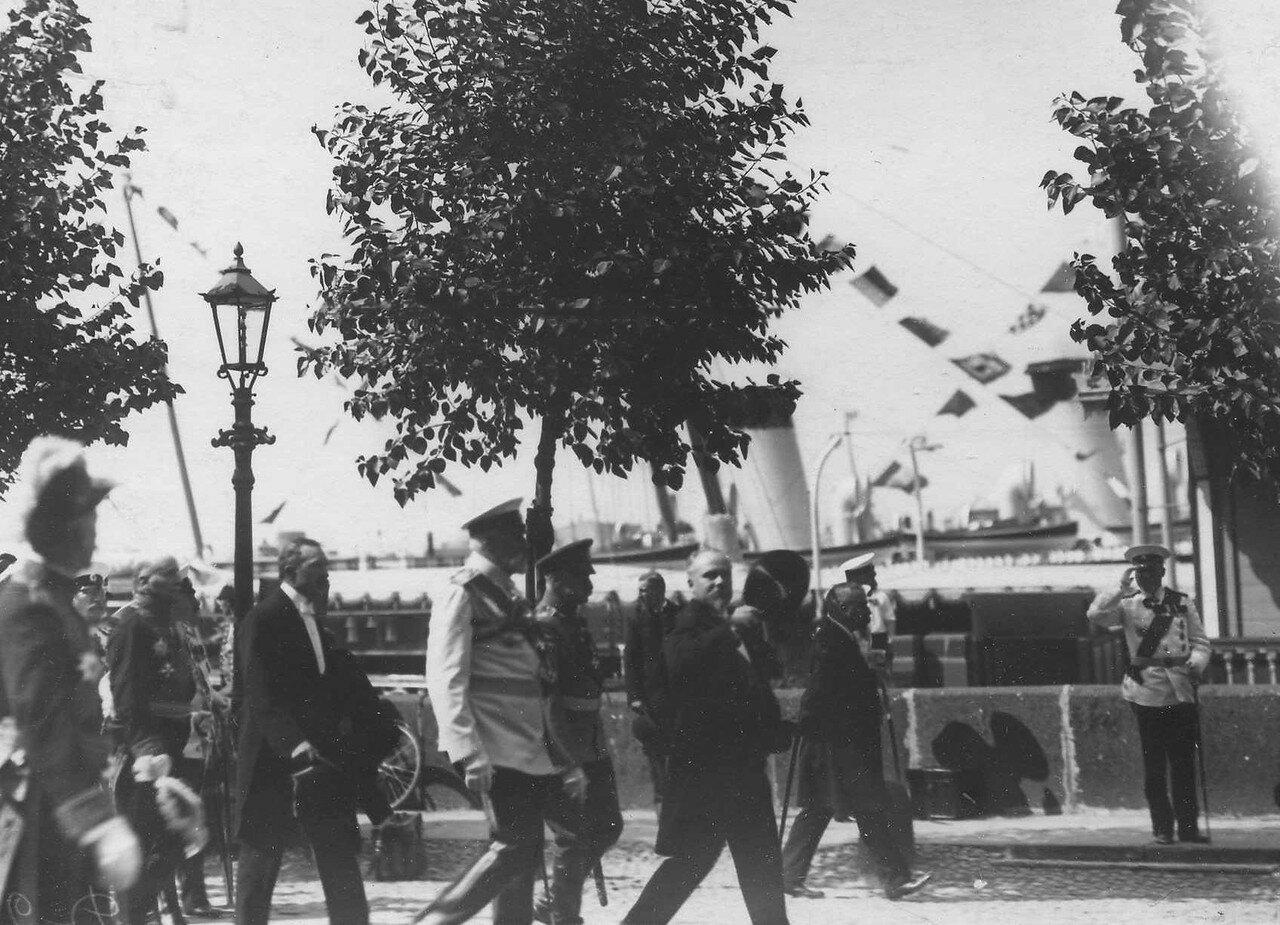 33. Р.Пуанкаре, Р.Вивиани и сопровождающие их лица обходят фронт почетного караула на Английской набережной