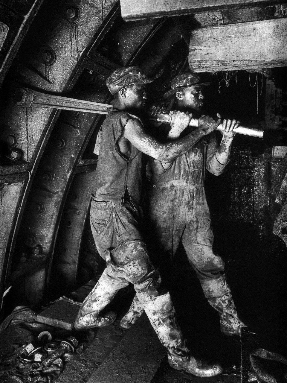 1924 20 августа. Двое негров затягивают болты в туннеле