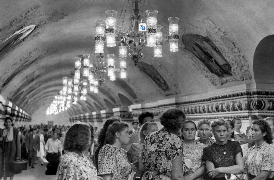 1954. Москва. Рабочие совхозов в метро