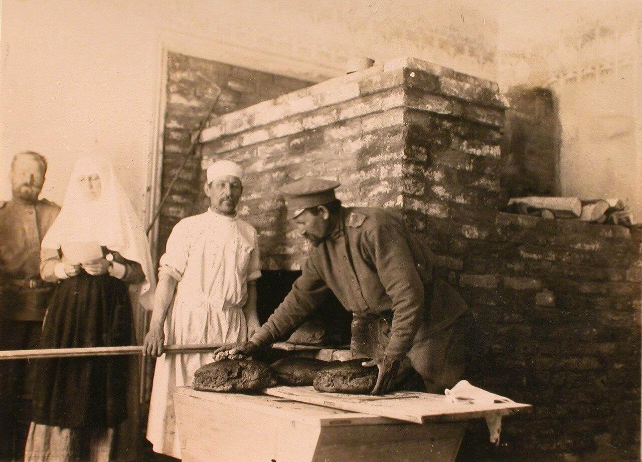 34. Офицер отряда принимает готовый хлеб в хлебопекарне отряда