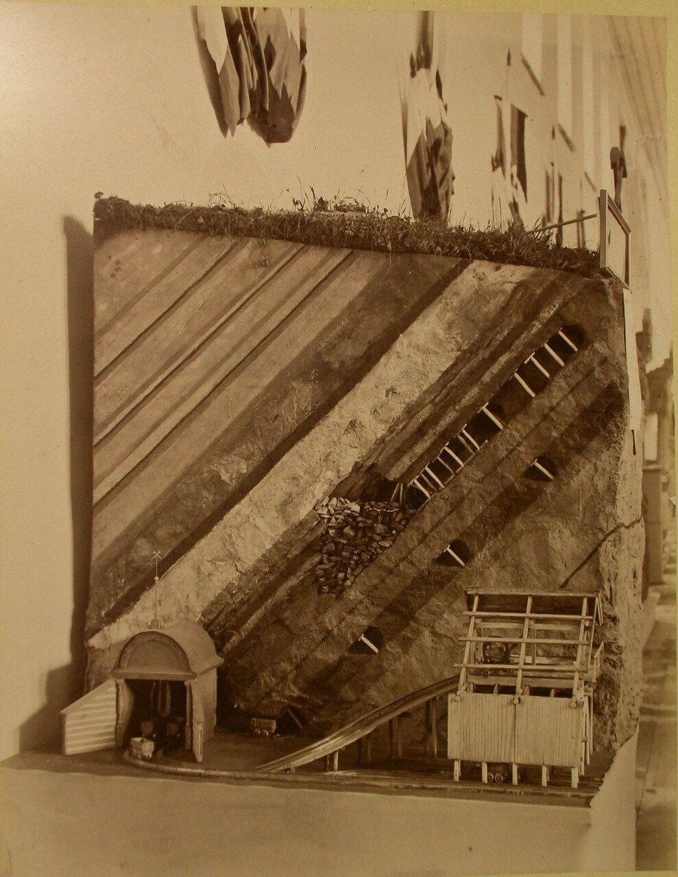 64. Общий вид одного из экспонатов горнозаводского отдела выставки - модели инженера Трофимова