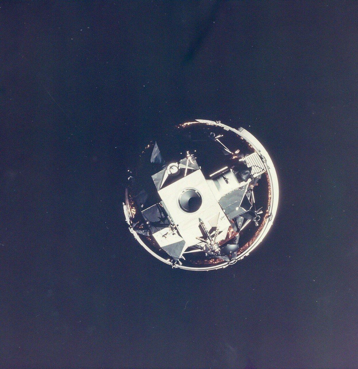 Для перехода  на траекторию свободного возврата требовалось включить двигатель. 14.04 в 8 часов 42 минуты двигатель посадочной ступени лунного модуля был включён на 34 секунды для второй коррекции траектории. На снимке: Маневр Лунного Модуля
