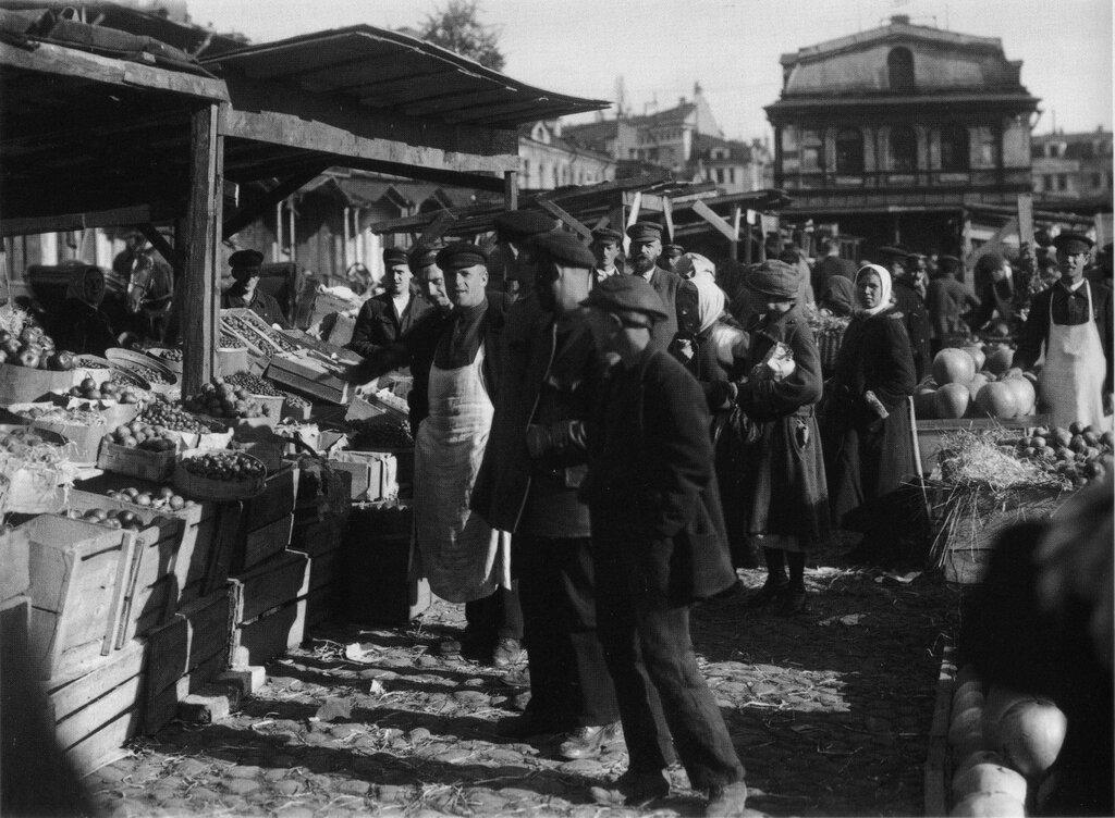Market at Apraksin Dvor, Leningrad; 1924.jpg