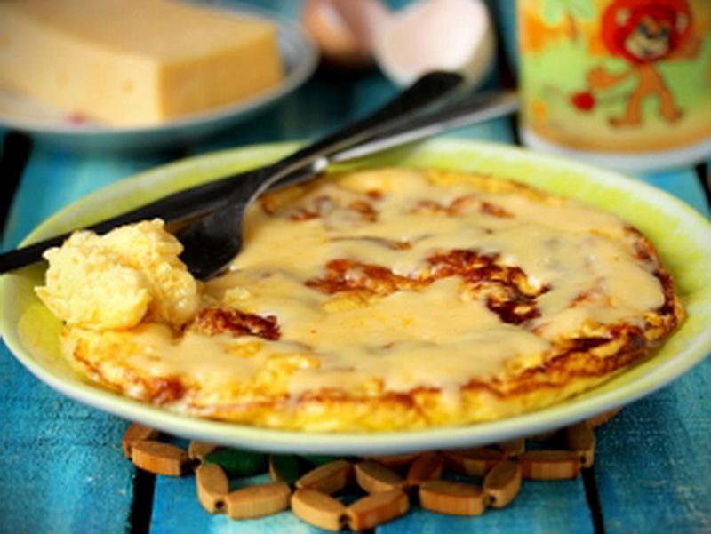 Источник: marketium.ru 1. Омлет с сыром Ингредиенты: яйцо куриное — 4 штуки; молоко — 120 мл; масло