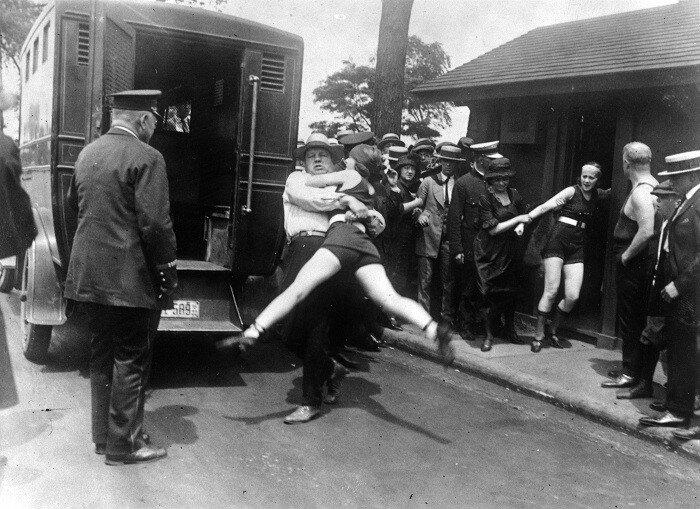 В начале 20 века девушек арестовывали за ношение коротких купальников.
