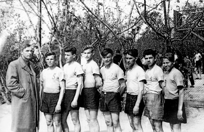 Юрий Гагарин с волейбольной командой Саратовского индустриально-педагогического техникума