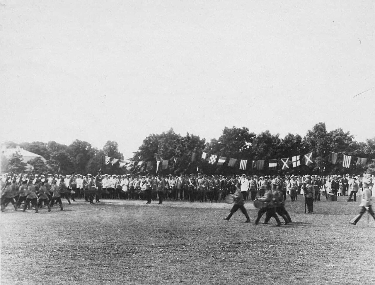 40. Император Николай II и сопровождающие его лица принимают парад почетного караула