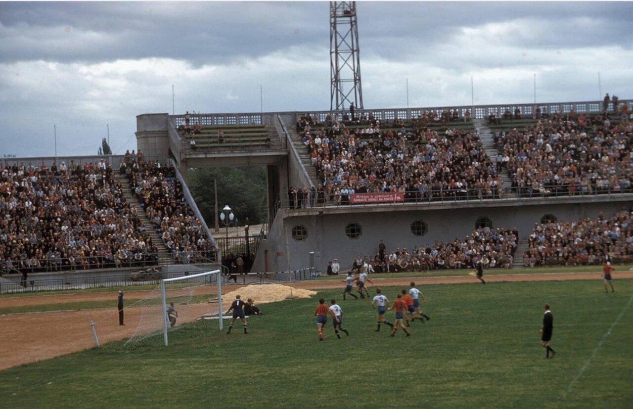 Алма-Ата. Футбольный матч на городском стадионе
