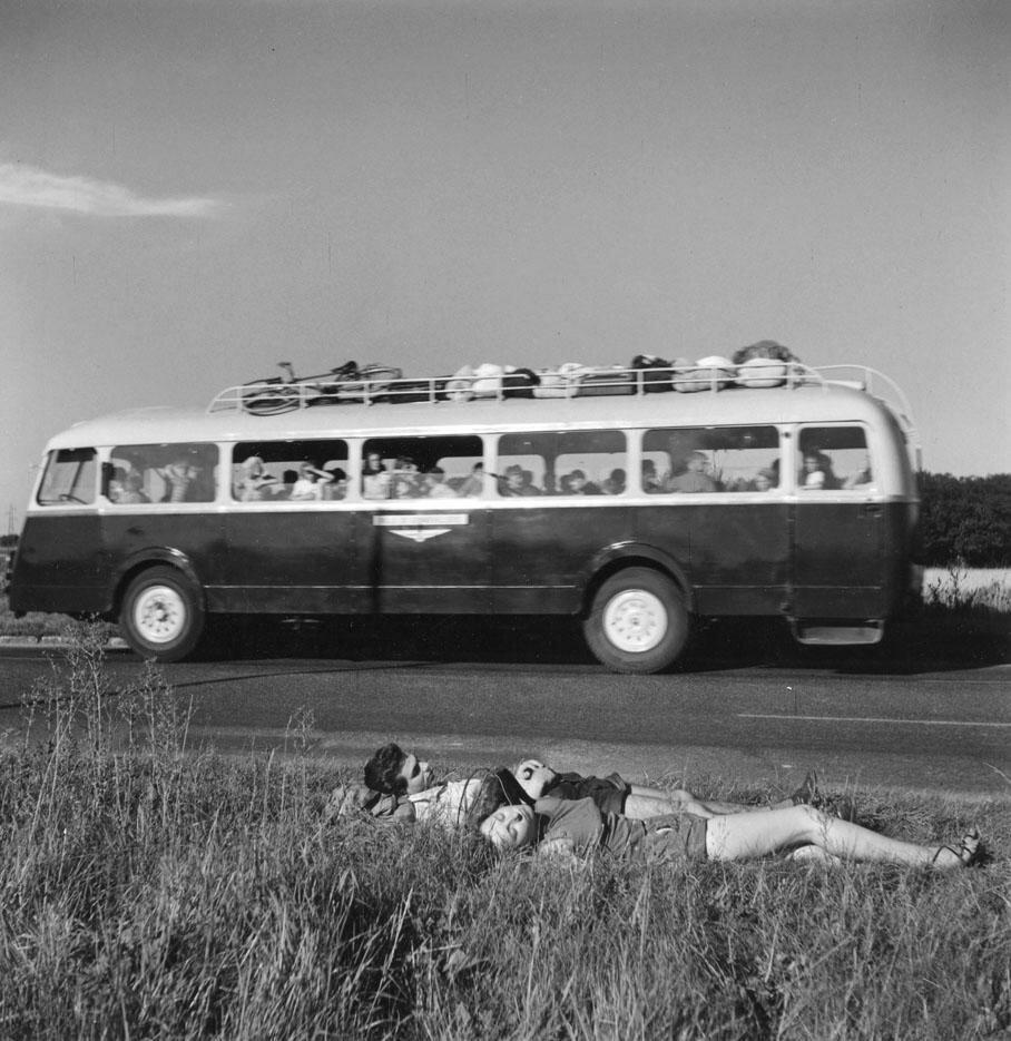 1954. Два автостопщика вздремнули на обочине дороги