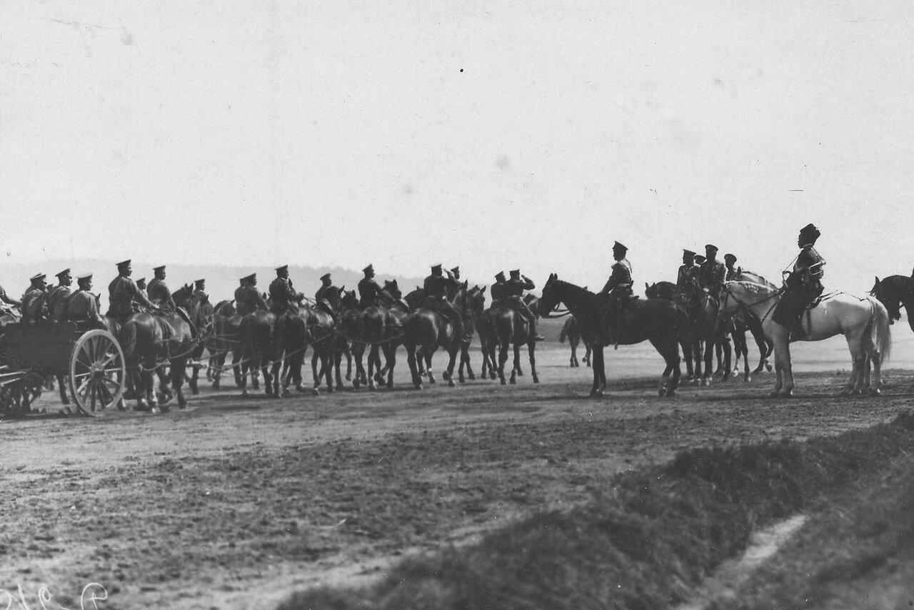 96. Артиллерийская батарея проезжает мимо императора Николая II и его свиты во время парада войск