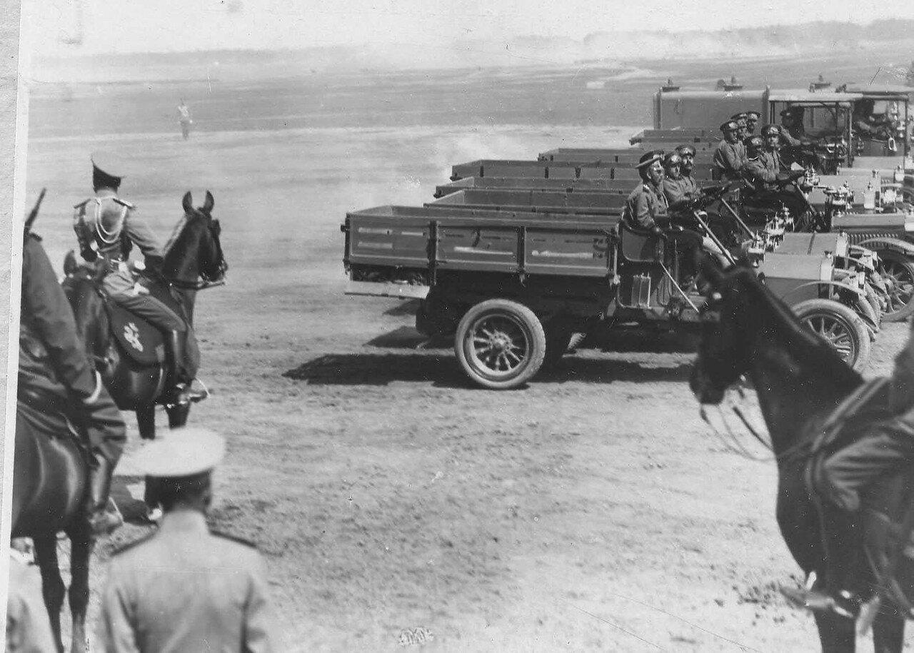 101. Автомобильные части 1 учебной автороты на параде войск проходят мимо императора Николая II и его свиты