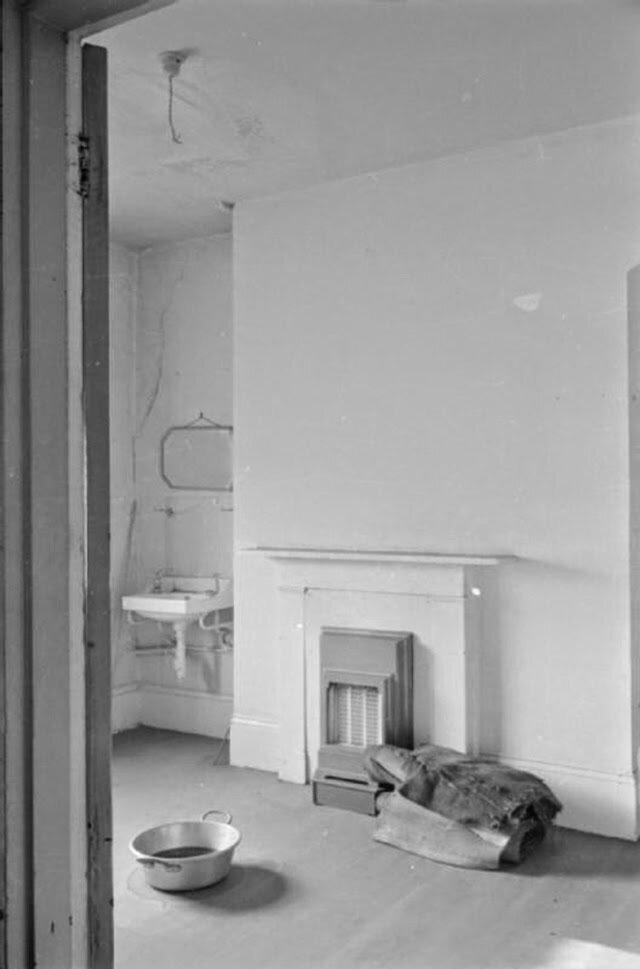 12. Верхний этаж дома больше не используется. Мы видим пустую комнату с кастрюлей на полу, поставленной чтобы поймать капли дождевой воды, которые могут просочиться через поврежденный бомбами потолок