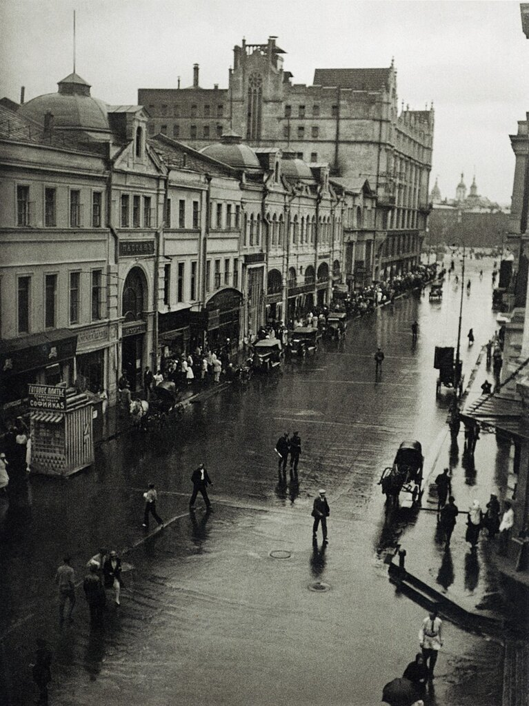 Moscow, intersection of Kuznetsky Most and Petrovka St.; photo by Alexander Rodchenko, 1926.jpg
