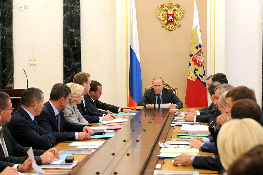 Путин на совещании с членами правительства, 24.06.15.png